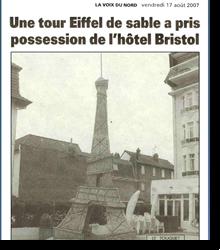 Une tour Eiffel de sable a pris...
